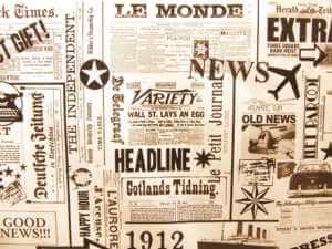 In einem Haufen von Zeitungen stechen einzelne Headlines hervor